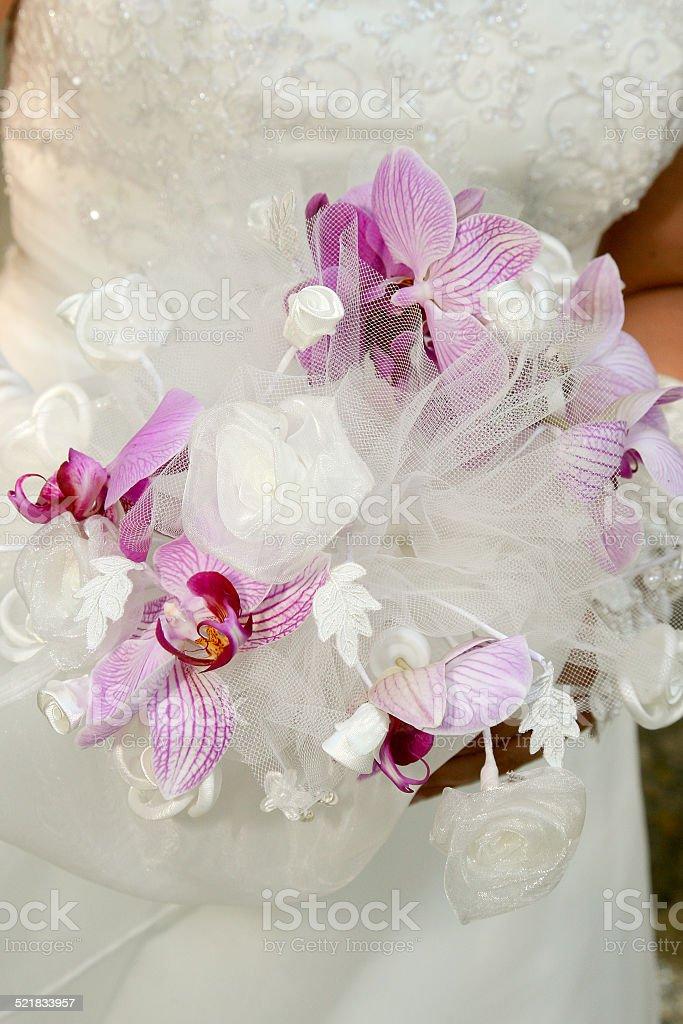 Bouquet blanc et violet de mariée orhidées stock photo