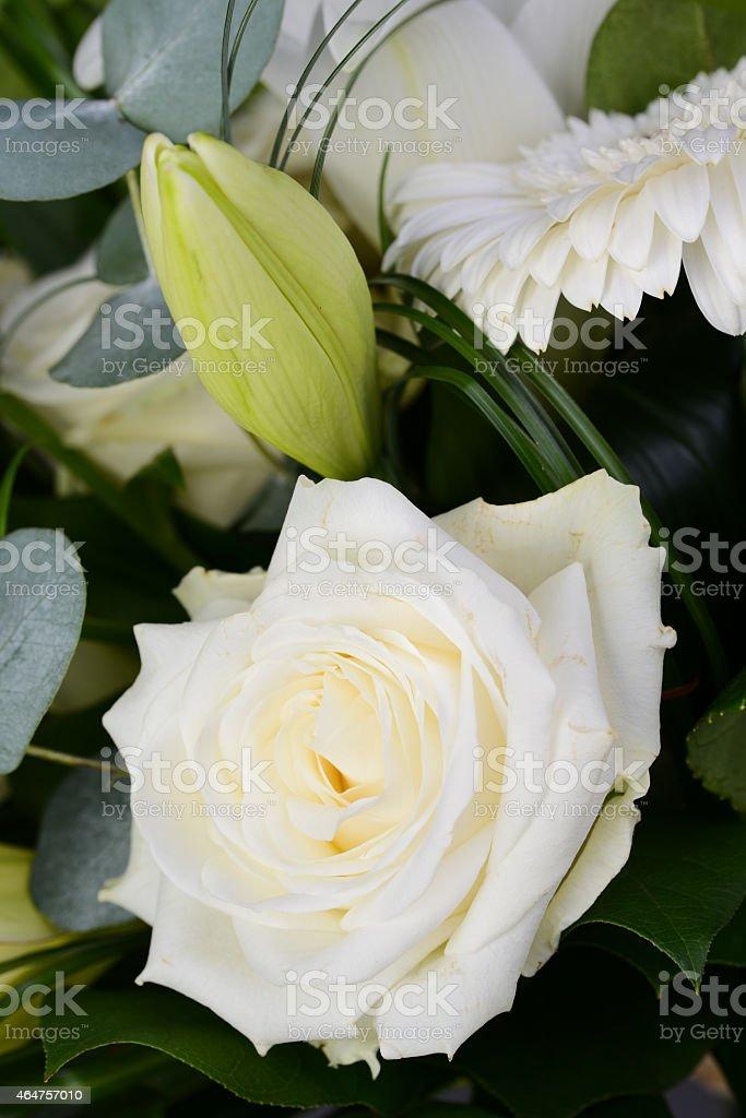 Fiori Bianchi Tipo Rose.Bouquet Bellissimo Mazzo Di Fiori Bianchi Margherita Con Rose Lily