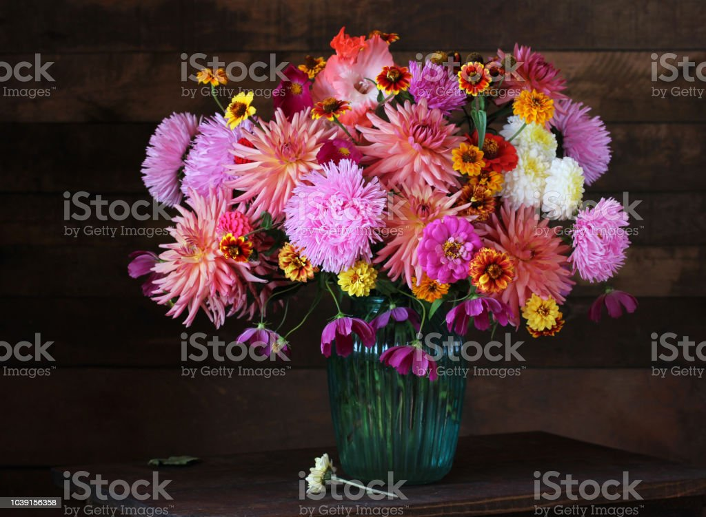 Bouquet De Fleurs De Jardin Automne Sur La Table – Photos et plus d ...