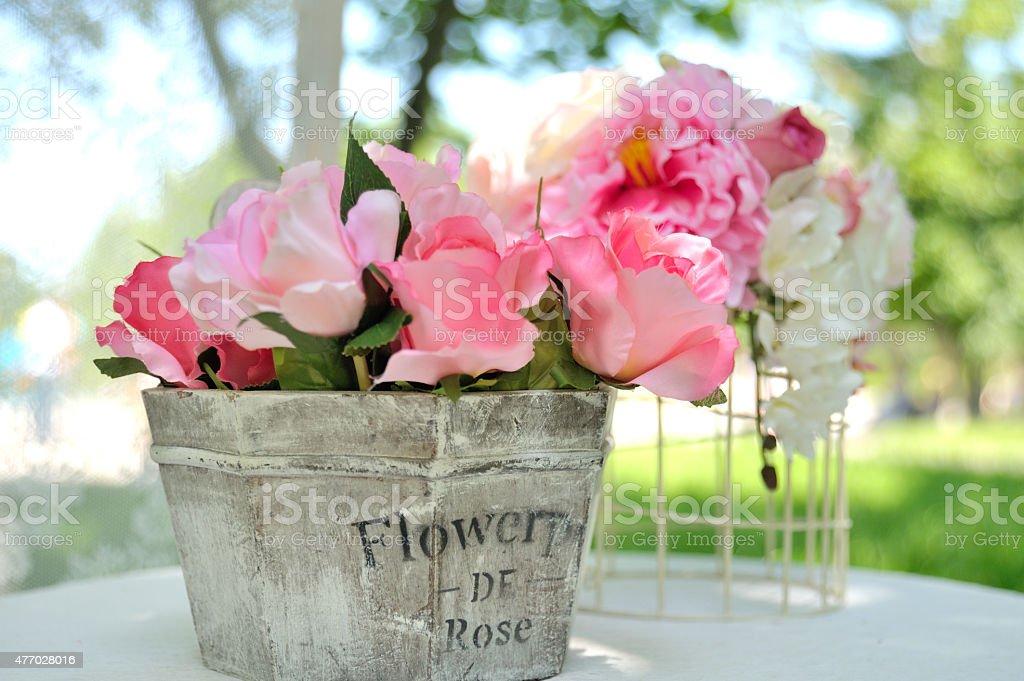 Schöne künstliche Blumen Blumenstrauß aus Holz Korb – Foto