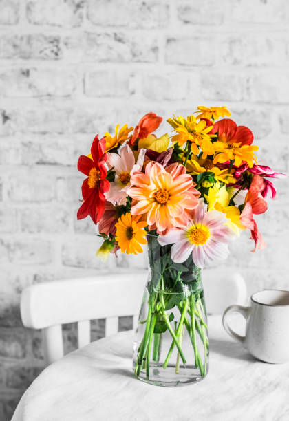 Bouquet von hellen bunten Herbstblumen auf einem hellen Tisch in einer gemütlichen hellen Küche. Kopierraum, flache Verlegung – Foto