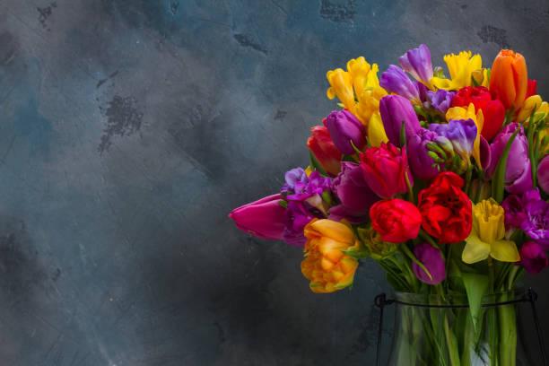bouquet von hellen frühlingsblumen - blumenarrangement stock-fotos und bilder