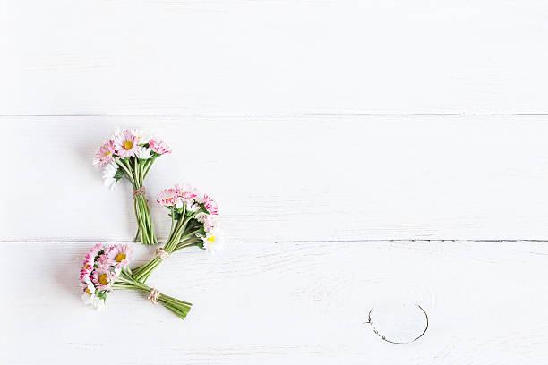 bouquet of daisy flowers, top view, flat lay - romantische karten stock-fotos und bilder