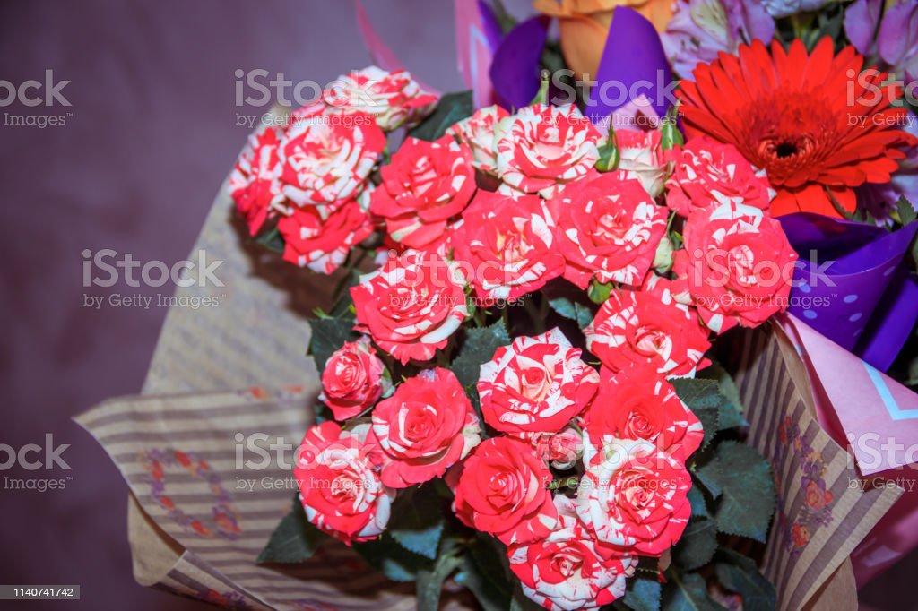 Photo Libre De Droit De Un Bouquet De Fleurs Pour Les Vacances Un Bouquet Danniversaire Fleurs Naturelles Banque D Images Et Plus D Images Libres De Droit De Amour Istock
