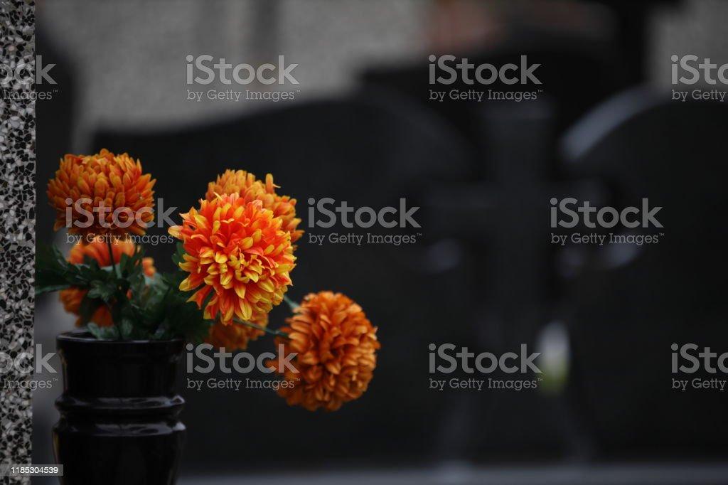 blombukett i en vas på kyrkogården - Royaltyfri Arrangemang Bildbanksbilder