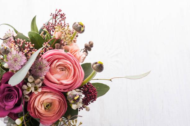boeket bloemen in tin mok op lichte achtergrond - bloemstuk stockfoto's en -beelden