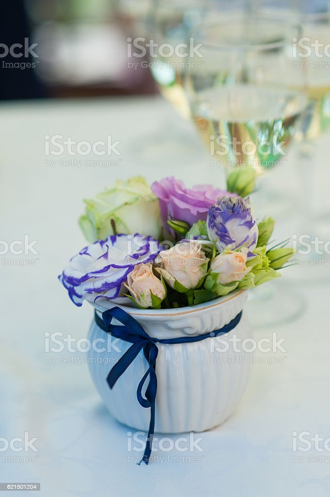 bouquet of flowers in vase and two glasses champagne on foto stock royalty-free
