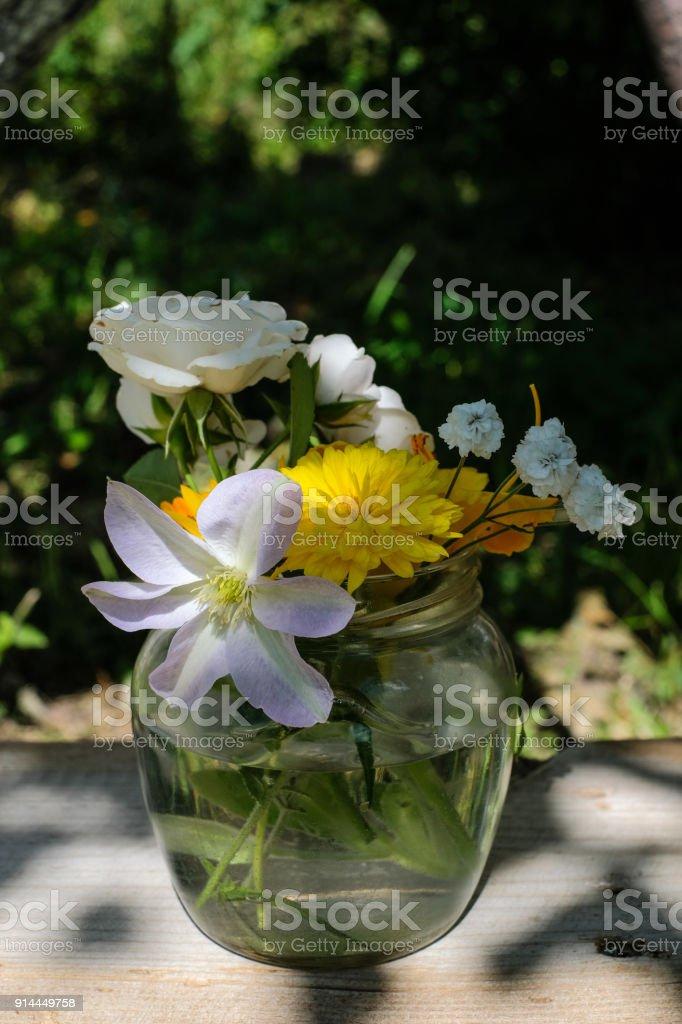 Photo libre de droit de Bouquet De Fleurs De Jardin Dans Lombre Des ...