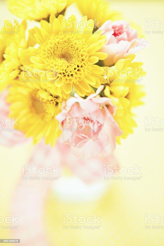 Bouquet von Rosa und gelben Blüten in einfache Glasflasche – Foto