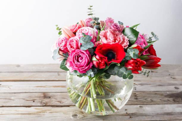 Bouquet de roses roses et d'autres couleurs de fleurs sur fond en bois, espace de la copie. - Photo