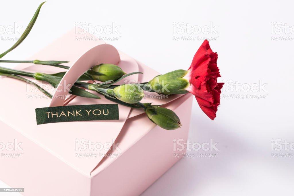 紅色康乃馨和 giftbox 或留言卡花束 - 免版稅丁香圖庫照片