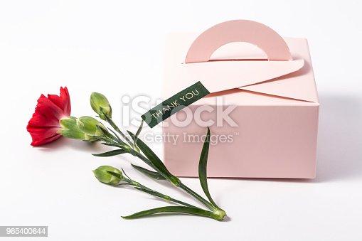 Bouquet Of Red Carnations And Giftbox Or Message Card - Stockowe zdjęcia i więcej obrazów Białe tło