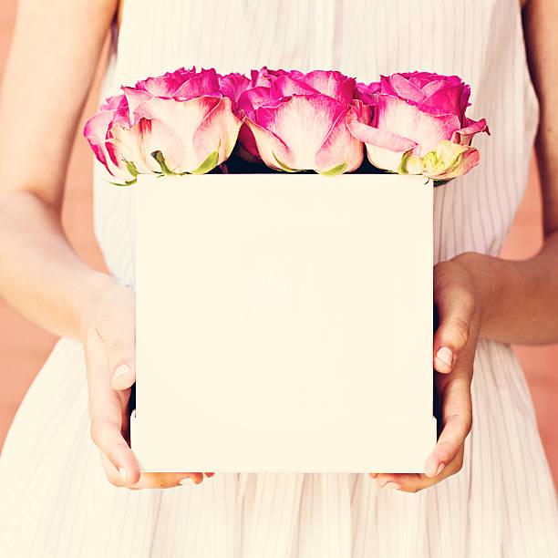 strauß roter rosen in einer im feld - hochzeitsbox stock-fotos und bilder
