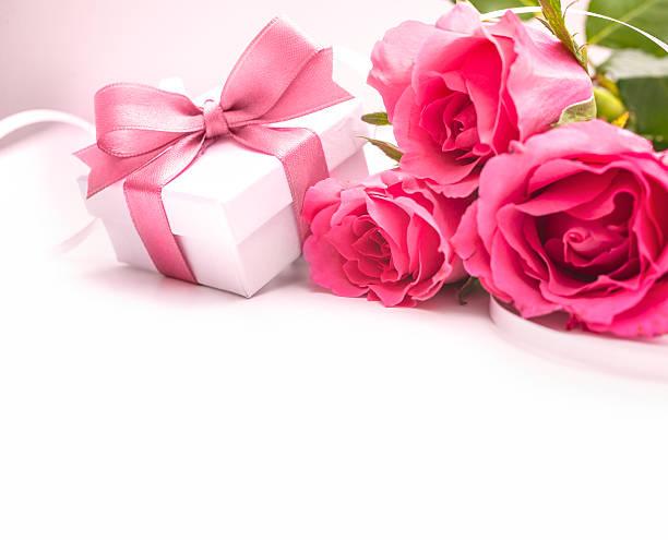 blumenstrauß aus rosen und geschenk-box - romantische karten stock-fotos und bilder