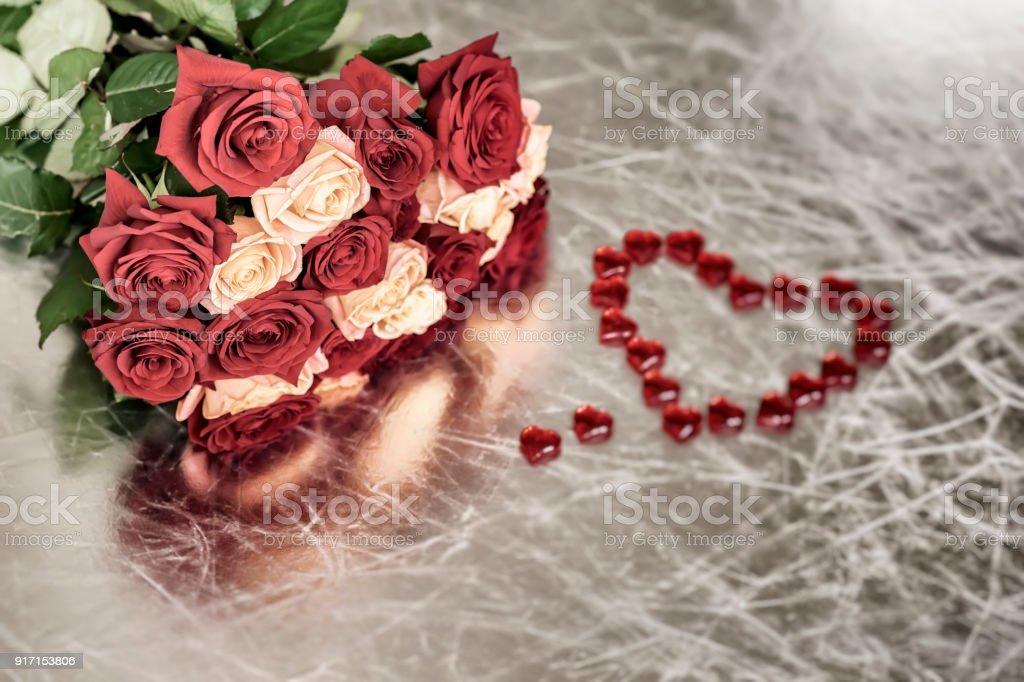 Bouquet De Roses De Deux Couleurs Pour Coeur Tendre Et Rouge Symbole