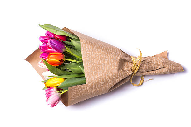 bouquet of spring tulips flowers wrapped in gift paper - 花球 個照片及圖片檔