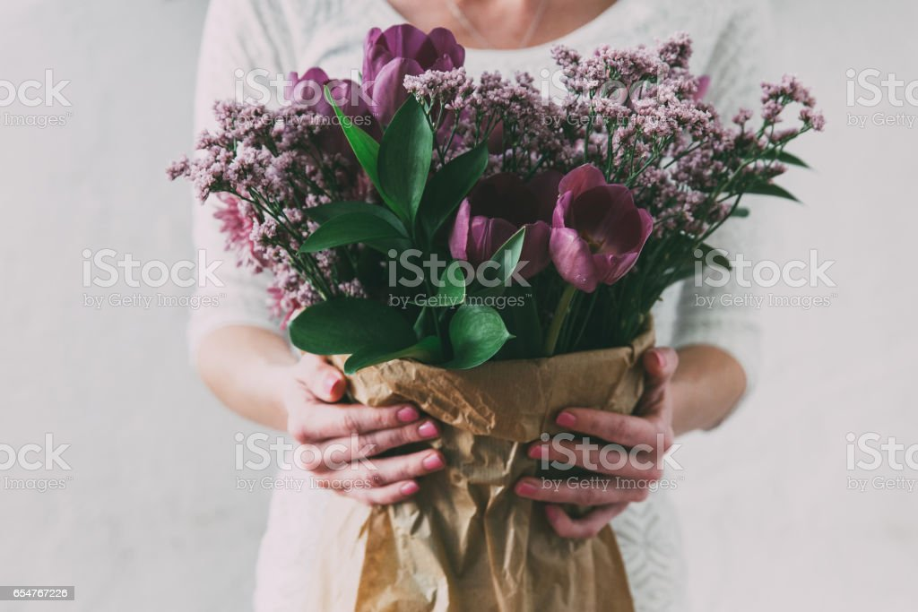 Bouquet of spring tulips flowers wrapped in gift paper – Foto