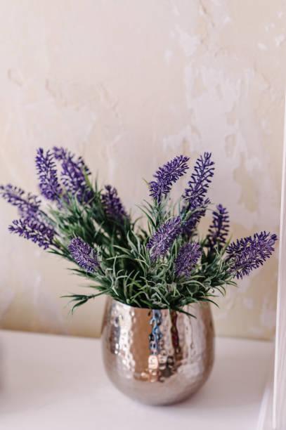 blumenstrauß der braut oder bündel von lavendel in einer vase auf einem weißen tisch. hochzeit dekoration tisch mit lavendel und viel grün. schicke provance inneneinrichtung für hauptart. - küche deko lila stock-fotos und bilder