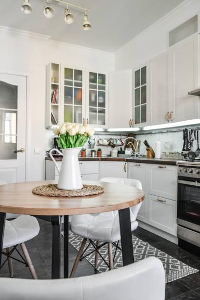 Strauß Tulpen im Inneren der Küche – Foto