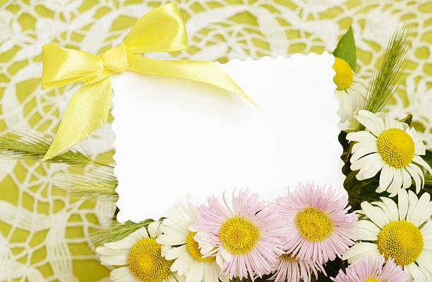 bouquet von weißen und rosa gänseblümchen mit einer karte - einladungskarten kostenlos stock-fotos und bilder