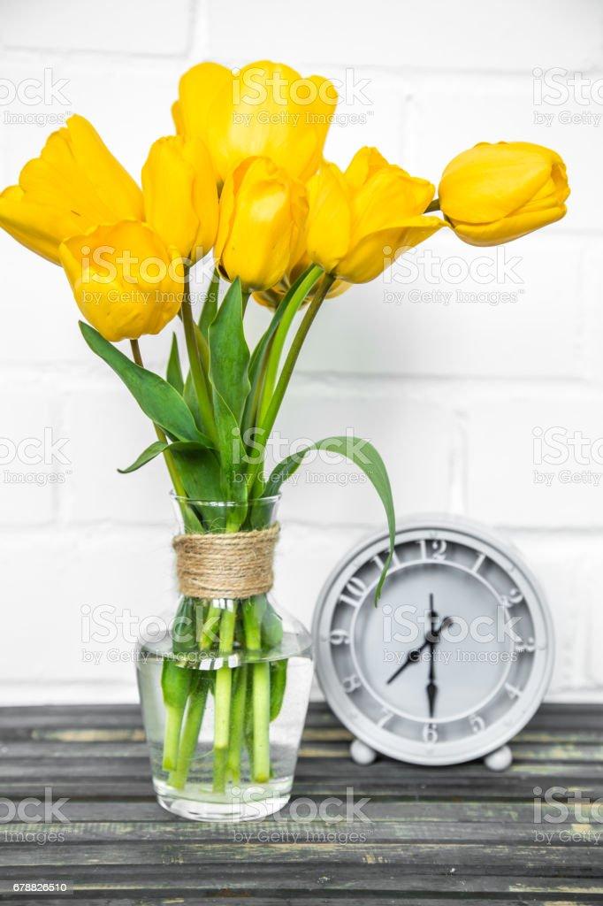 buket Sarı laleler ve retro bir saat royalty-free stock photo