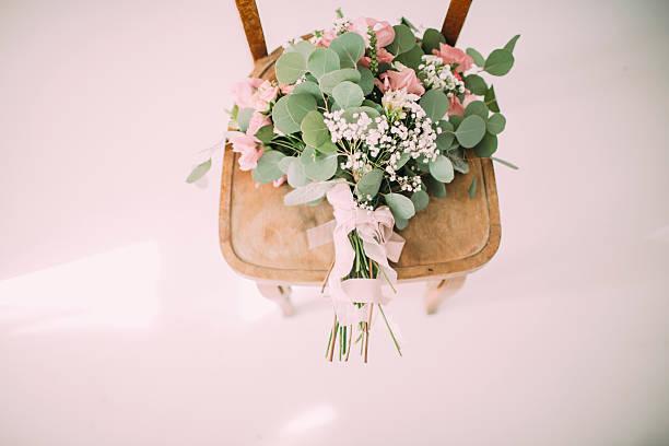 bouquet on a wooden chair. - zinn hochzeit stock-fotos und bilder