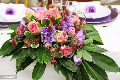 155315629istockphoto Bouquet pranzo degli sposi 1076923954