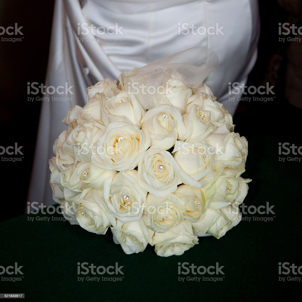 Bouquet rond roses blanches stock photo