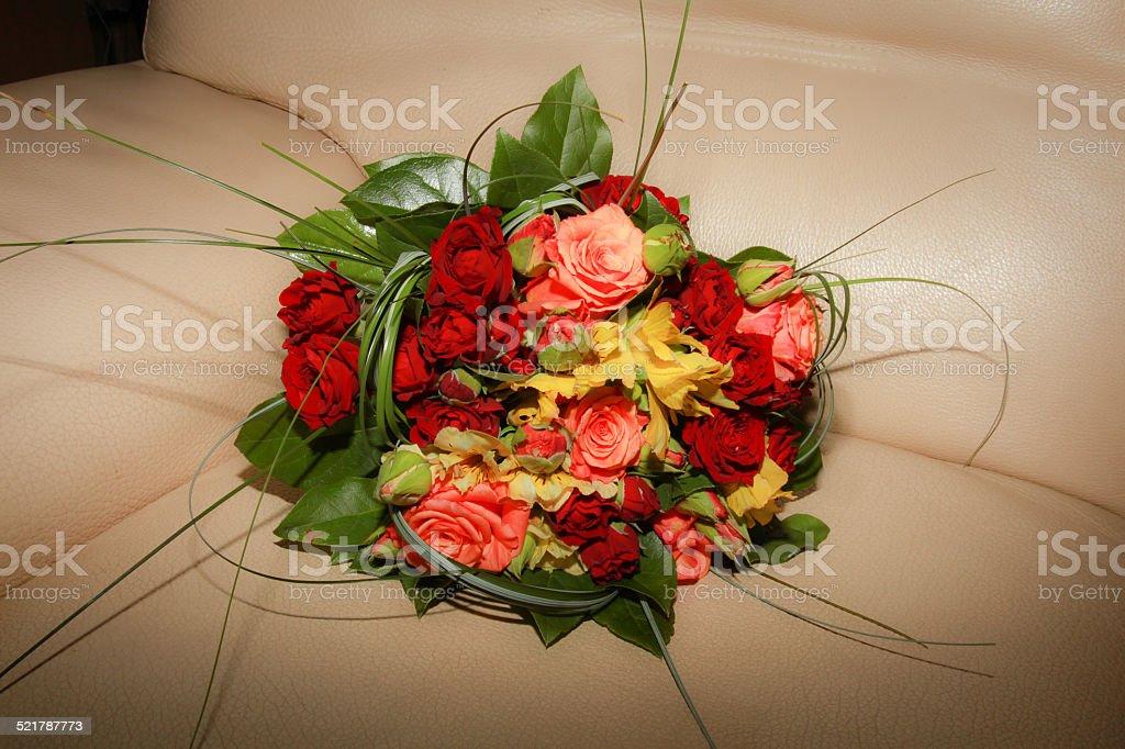Bouquet rouge rose et jaune de mariée stock photo