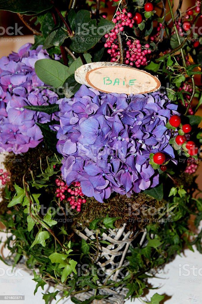 Bouquet  violet et baies rouges et roses stock photo