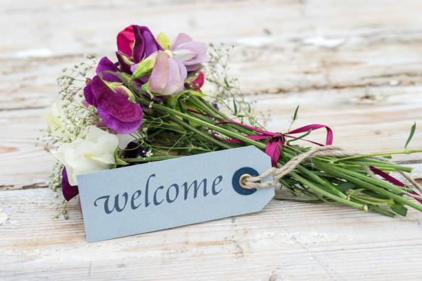 bouquet mit nachricht willkommen - schöne englische wörter stock-fotos und bilder