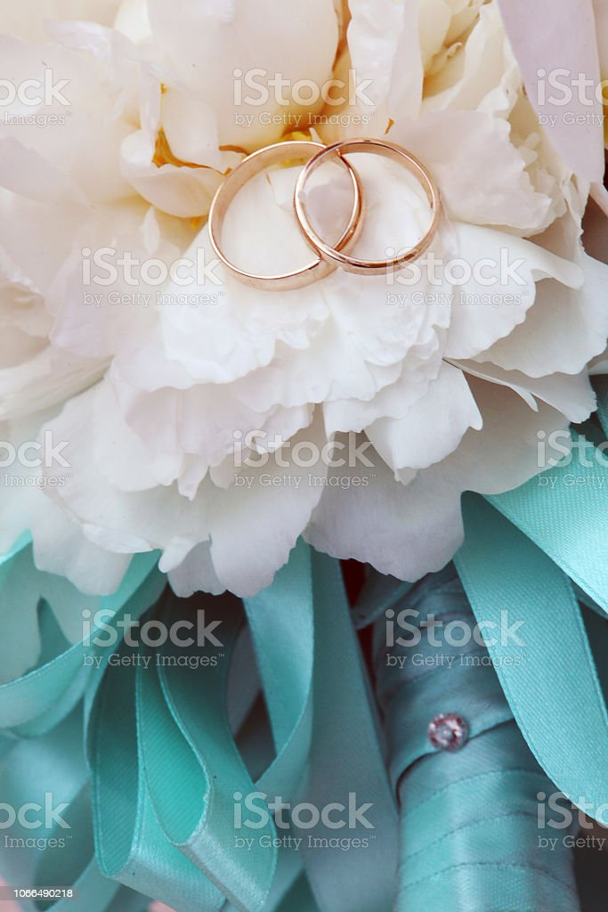 Bouquet con fedi nuziali stock photo