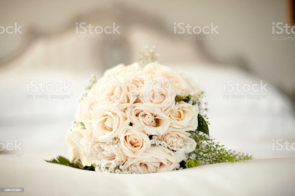 Ramo de rosas blancas de yacer en la cama - foto de stock