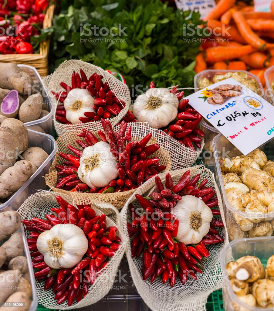 Bouquets prepared with garlic and hot chili peppers - foto stock