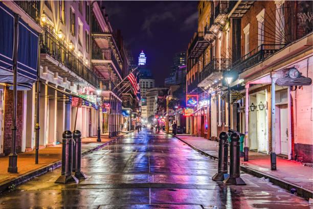 bourbon street in downtown new orleans, louisiana, usa - golfküstenstaaten stock-fotos und bilder