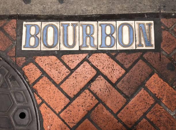 bourbon street - straßenschild stock-fotos und bilder