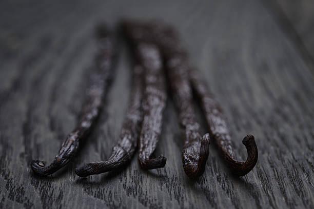 baccello di vaniglia di bourbon oak table - oli, aromi e spezie foto e immagini stock