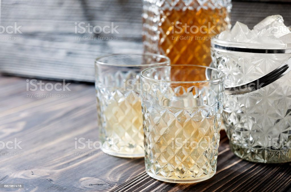 bourbon whiskey in glass on wooden background foto stock royalty-free