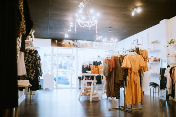 boetiek kleding winkel - kledingwinkel stockfoto's en -beelden