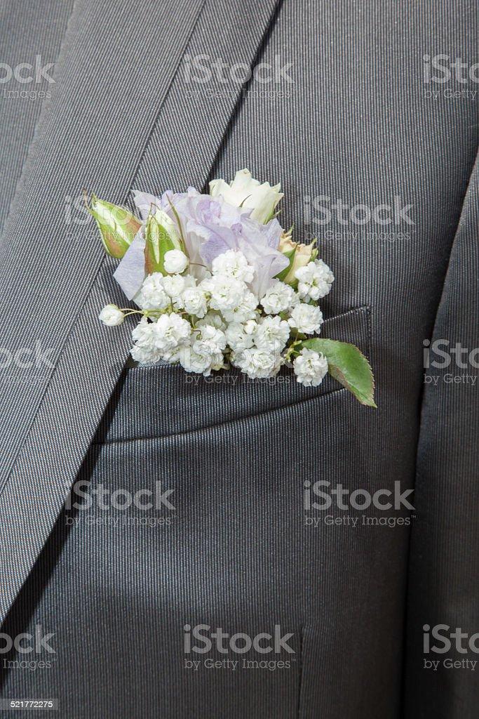 Boutonnière fleurs blanches costume gris stock photo