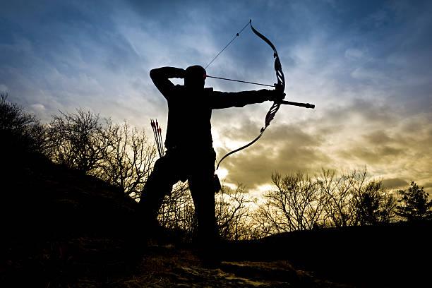 bow hunter Silueta en la naturaleza - foto de stock