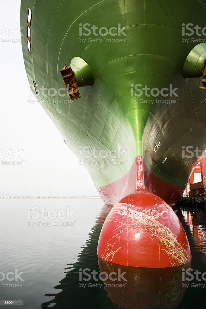Arc d'un rouge et un vert cargo navire. photo libre de droits