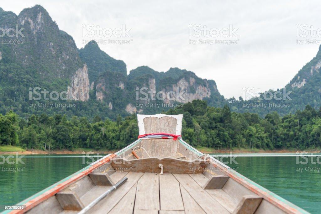 Bug des Bootes unterwegs nach vorne am smaragdgrünen See. Ratchaprapha Dam im Khao Sok National Park. - Lizenzfrei Abenteuer Stock-Foto