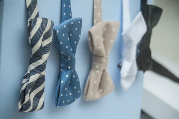 fliege in männer mode shop showroom - knotenkleid stock-fotos und bilder