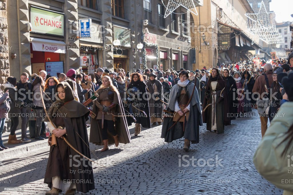 Bow women in medieval costume at traditional parade of Epiphany Befana medieval festival in Florence, Tuscany, Italy. - foto stock