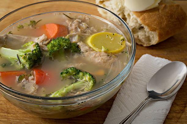 bowl completo de abundantes turquía sopa de verduras - thanksgiving leftovers fotografías e imágenes de stock