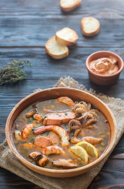 schüssel bouillabaisse - safransauce stock-fotos und bilder