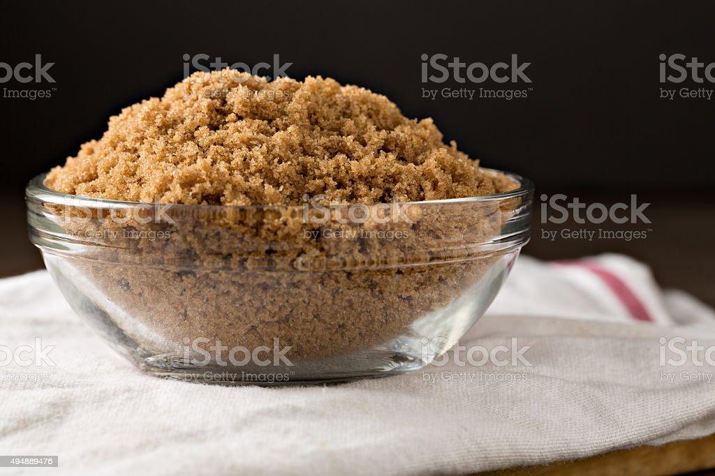 Schüssel mit braunem Zucker auf weißem Tee Handtuch – Foto