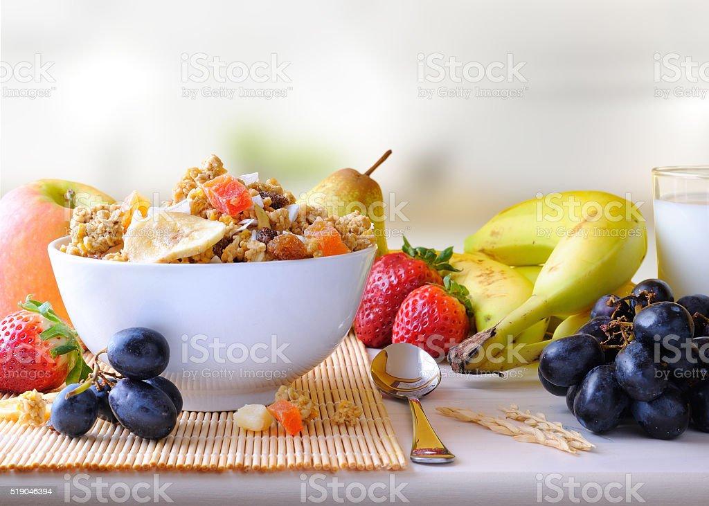 Tazón de cereales y frutas en la cocina a la vista - foto de stock
