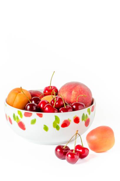 eine schüssel mit kirschen und pfirsiche - essensrezepte stock-fotos und bilder